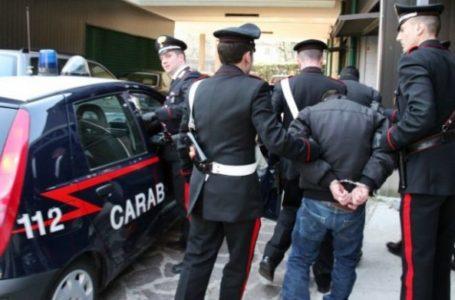 Scippa borsa e ferisce pensionata: rapinatore inseguito dai passanti e arrestato dai Carabinieri