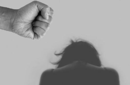 Battipaglia, donna denuncia ai carabinieri le violenze del marito
